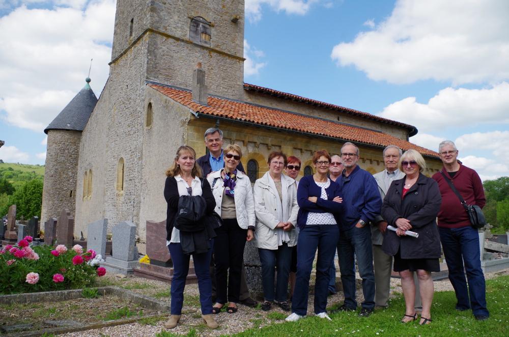 Les visiteurs devant l'église de Lorry