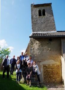 Devant le clocher de l'église de Mardigny