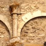 église Ste Croix - colonnettes et chapiteaux de l'arcature de l'abside