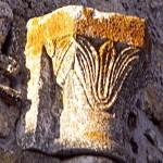 église Ste Croix - chapiteau de l'arcature de l'abside