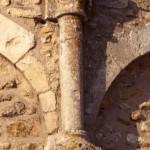 église Ste Croix - colonnette et chapiteau de l'arcature de l'abside