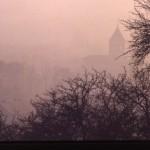église Ste Croix émergeant du brouillard