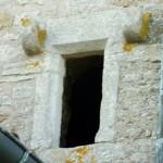 église Ste Croix - fenêtre de guet chanfreinée avec corbeaux pour porter un volet