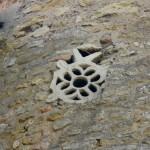 église Ste Croix - pierre de remploi dans la tour ronde