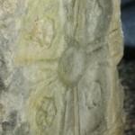 église Ste Croix - pierre de remploi dans une meurtrière