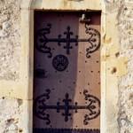 église Ste Croix - porte d'entrée et tympan trilobé